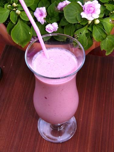 В состав коктейля входят: молоко мороженное и любой компонент по желанию.